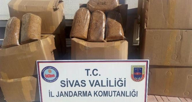 (Düzeltme) Sivas'ta kargo kamyonunda 4 ton kaçak tütün ele geçirildi