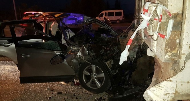 Park halindeki kamyona çarptı: 2 ölü, 1 ağır yaralı