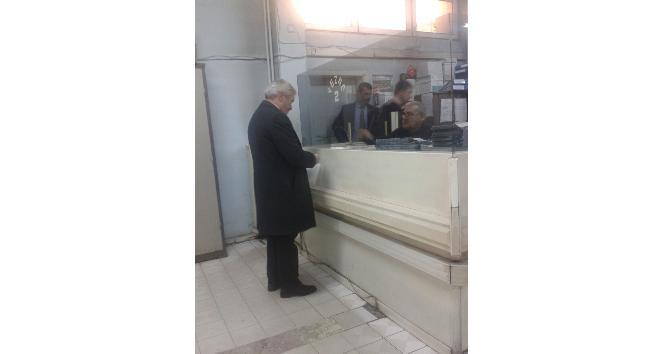 Belediye başkanı su faturasını ödemek için sıraya girdi