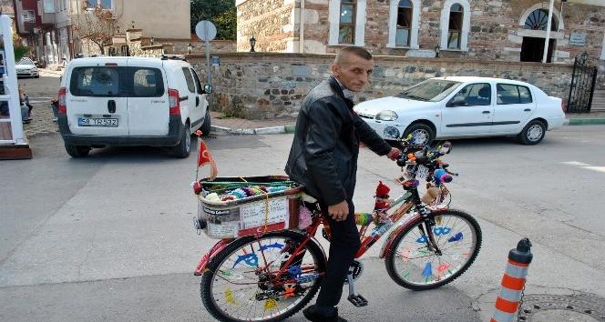 Bisikletiyle gittiği her yerde hayat dersi veriyor
