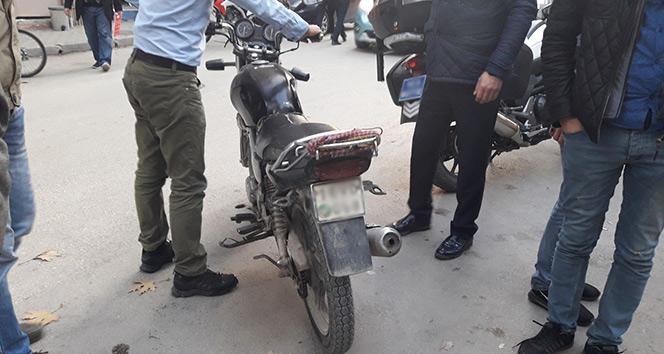 Bursada motosiklet otomobille çarpıştı: 2 yaralı