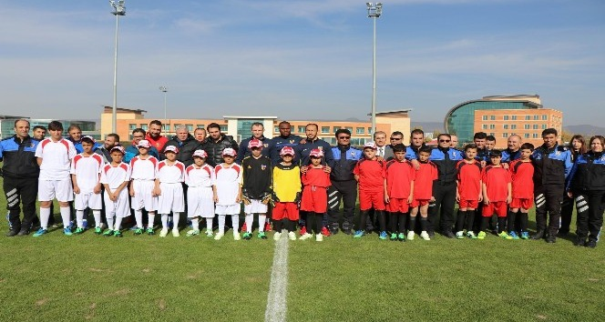 Suriyeli çocuklar ile Kayserisporlu futbolcular birlikte ter döktü