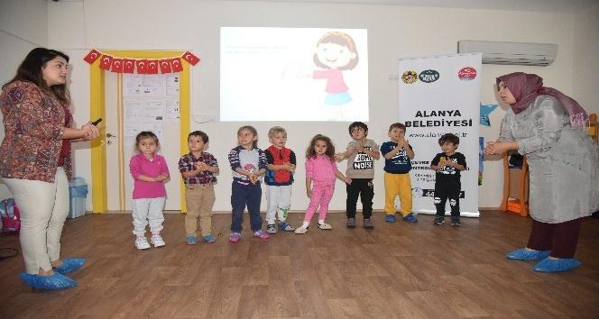 Minik öğrencilere oyun ve şarkılarla el temizliği