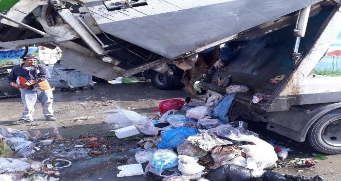 Temizlik işçileri, çöpte buldukları çantayı sahibine teslim ettiler