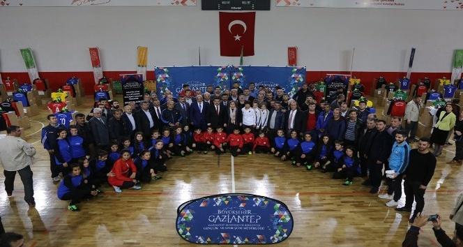 Gaziantep'te bin 500 amatör futbolcuya malzeme yardımı yaptı