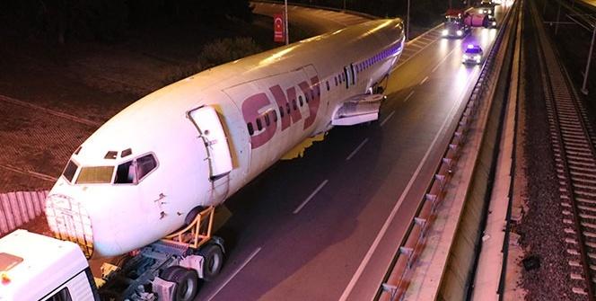 Antalya'da karayolunda dev yolcu uçağını gören şaşırdı