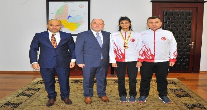 Vali Coşkun, Balkan Şampiyonu Taekwondocu Merve Kekeçi ödüllendirdi