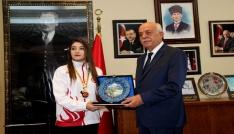 Balkan şampiyonu Ayşeden Başkan Seyfi Dingile ziyaret