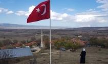 Köyü için diktiği 7 metrelik bayrağı göndere çekti