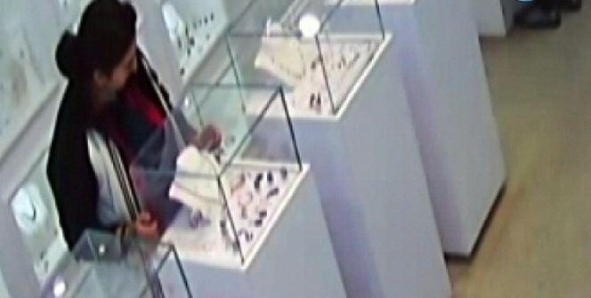 Fiyat sorma bahanesiyle girdiği dükkandan 800 liralık takıyı çaldı