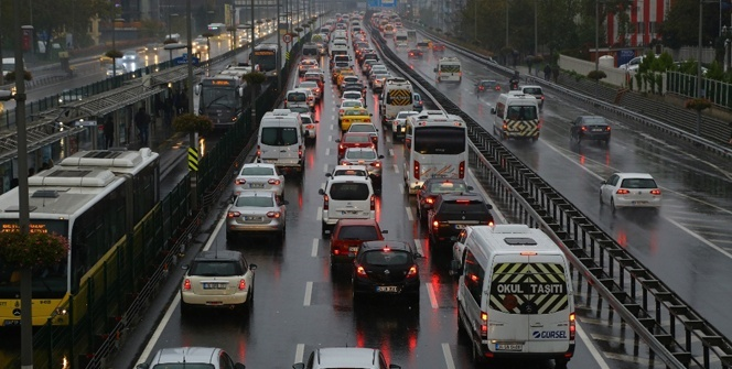 Beklenen yağış İstanbul'a geldi