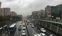 İstanbul'da hava karardı, yağmur başladı