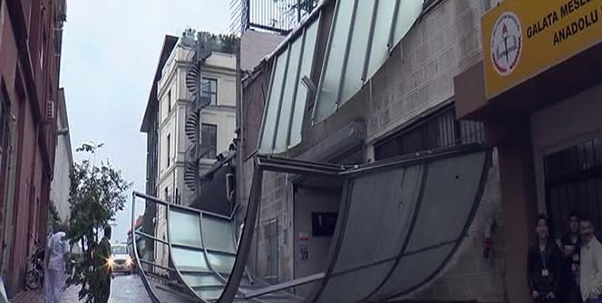İstanbul'da fırtına çatıyı uçurdu!