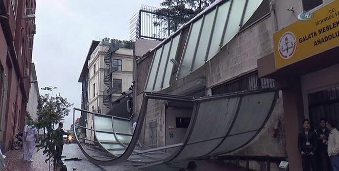 Öğretmenevi'nin çatısının uçma anı kamerada