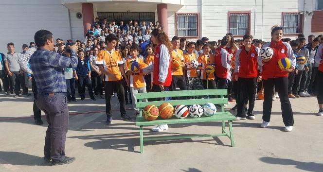 Kadın basketbol takımından lise öğrencilerine malzeme desteği