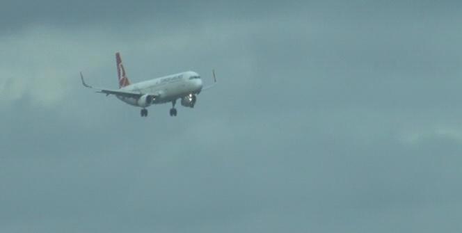 Uçaklar şiddetli rüzgardan beşik gibi sallandı