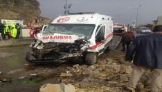 Erzurumda ambulans traktörle çarpıştı: 7 yaralı