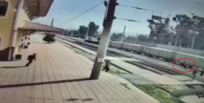 Küçük çocuk trenin altında kaldı: Feci kaza kamerada
