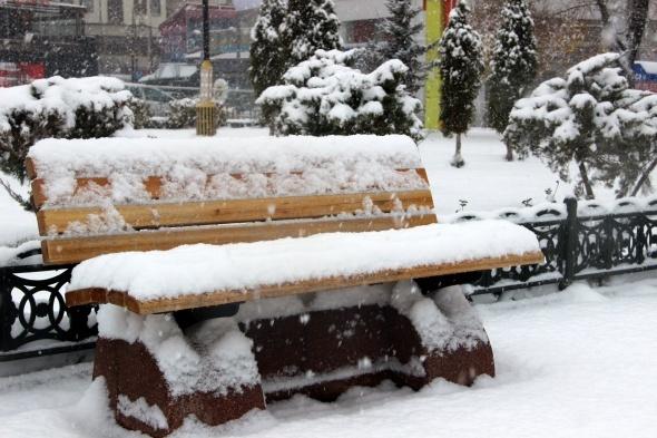 Erzurum'da kent merkezi beyaza bürüdü