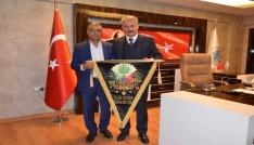 Başkan Sungura bayrak hediyesi