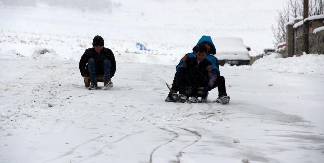 Yollar kapandı, çocuklar karın tadını çıkardı
