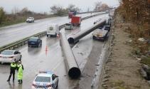 36 metre uzunluğundaki çelik borular yola savruldu