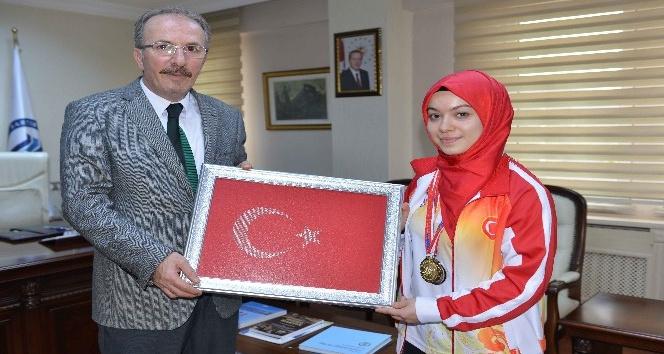 Rektör Uzun, Dünya Şampiyonu öğrenciyi kutladı