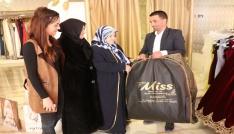 """""""Hayırlı Cuma"""" kampanyasıyla 15 kişiye gelinlik hediye etti"""