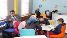 Akdağmadeninde öğrenci, veli ve öğretmenler birlikte kitap okuyor