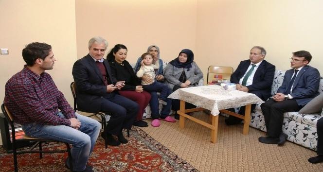 Suriyeden gelerek Artvine sığınan ailelere Vali Doğanaydan ziyaret