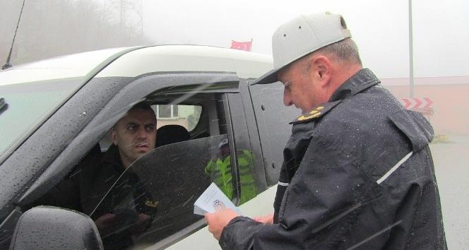 Cankurtaran Geçidinde kar başlamadan sürücüleri el ilanları ile uyarılarda bulundular
