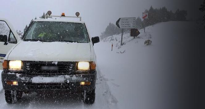 Aşırı kar yağışı o ilçede köy yollarını kapattı, ekipler açtı
