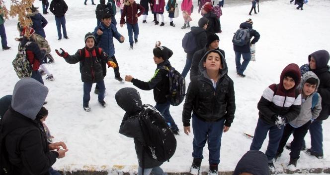 Ağrıda çocukların kar sevinci
