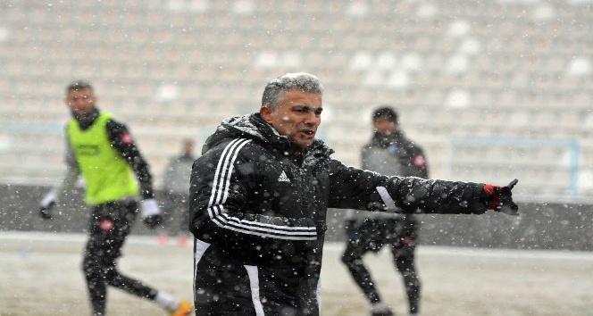 Dadaş, yoğun kar yağışı altında antrenman yaptı