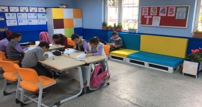 Atıl paletlerden okullarına kitap okuma köşesi yaptılar