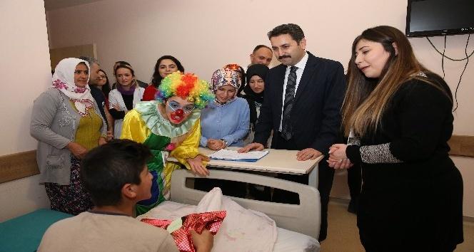 Üniversite öğrencilerinden hasta çocuklara anlamlı ziyaret