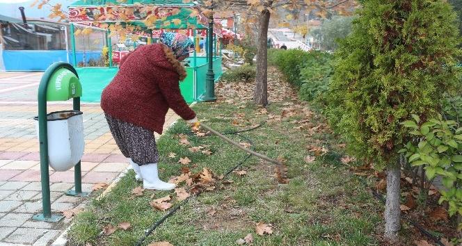 Sokak temizliğine kadın eli değdi