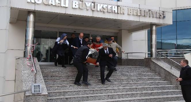 Kocaeli Büyükşehir Belediyesi'ndeki tatbikat gerçeğini aratmadı