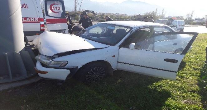 Refüjdeki direğe çarpan otomobilin sürücüsü yaralandı