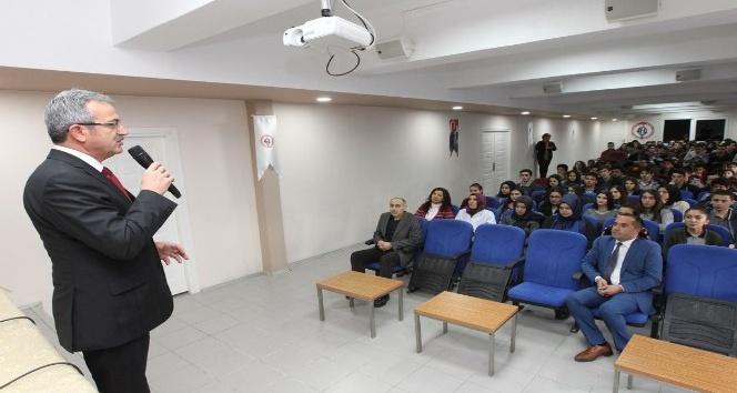 Başkan Köşker deneyimlerini gençlerle paylaşıyor