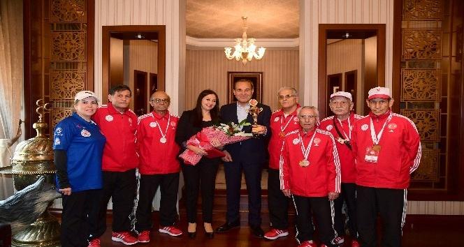 Yetişkin gençlerden Başkan Sözlü'ye kupa