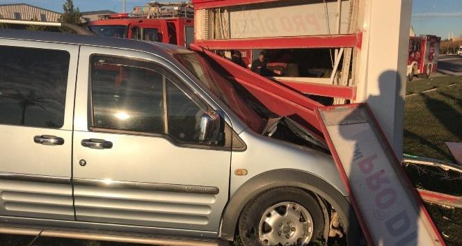 Hafif ticari araç reklam panosuna çarptı: 5 yaralı