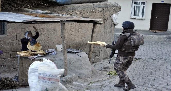 Diyarbakırlı kadınlardan polislere sıcak ekmek