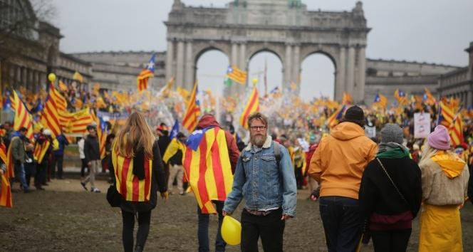 Katalanlardan Brükselde 45 bin kişilik gövde gösterisi