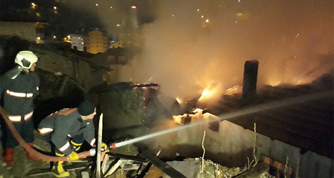 Ankarada gecekondu yandı: Mahalleli sokağa döküldü