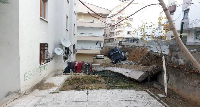 Başkent'te toprak kayması: 2 araç göçük altında kaldı