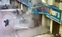 Patlamanın şiddeti çalışanı yola fırlattı