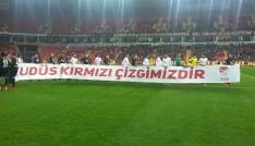Eskişehirsporlu oyuncular maça Kudüs pankartı ile çıktı