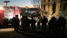 Beyoğlunda metruk binada çökme meydana geldi
