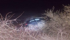 Buzlanan yolda kayan otomobil dereye uçtu: 3 yaralı